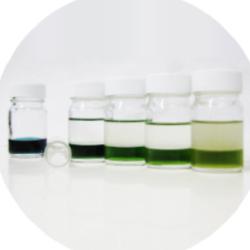 徹底した溶剤管理。 常に透き通った溶剤でクリーニング