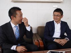 (写真左)大山元彦様 (写真右)クロークネット/(株)光栄舎 青柳